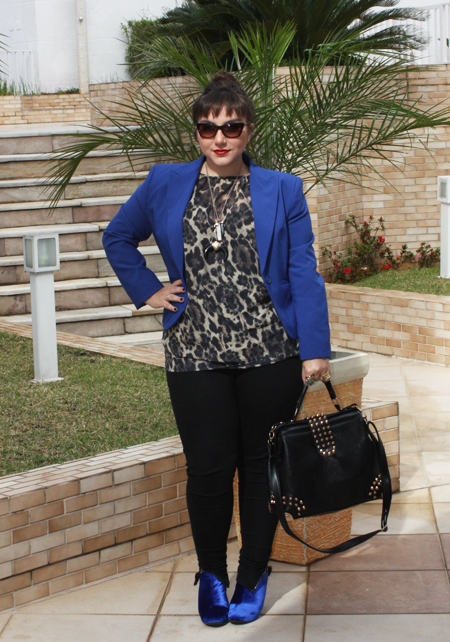 Blazer-azul-e-camisa-animal-print-plus-size