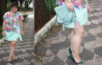 Saia plus size com short por baixo e camiseta com estampa tropical