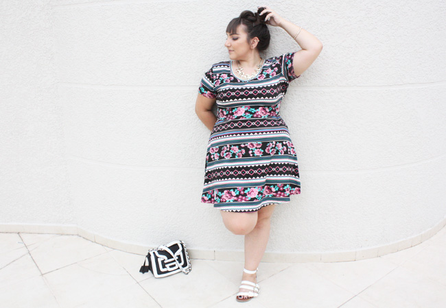 vestido-plus-size-estampado-tribal-floral