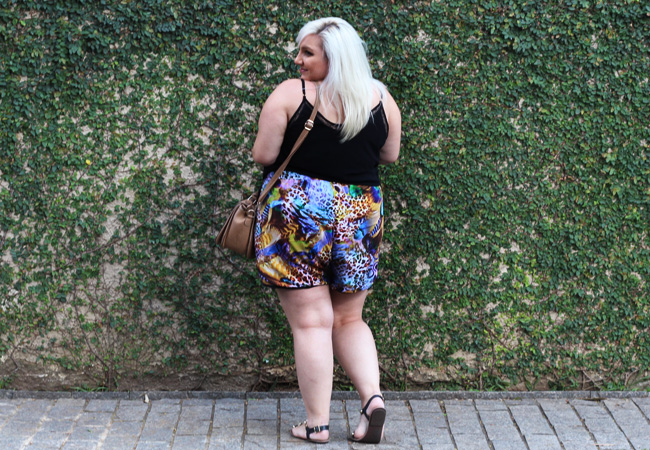 short plus size estampado costas