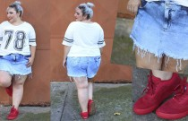 Look plus size com tênis e short jeans: desafio do ano!
