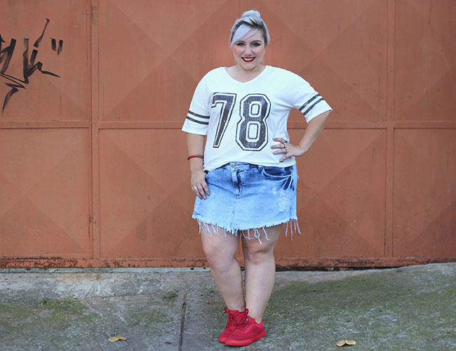 look plus size com tenis e short jeans plus size