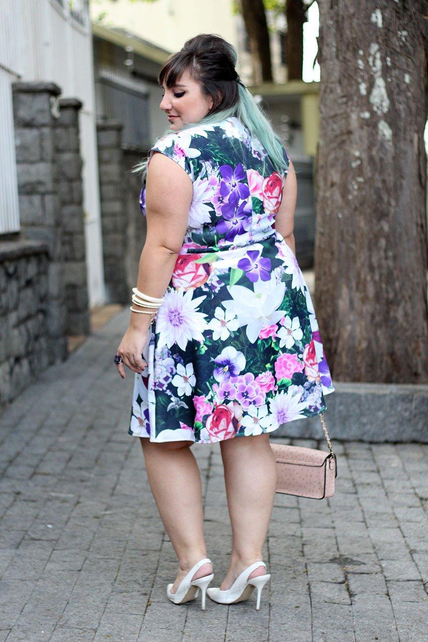 vestido-plus-size-floral-com-look-romantico-ju-romano-costas-2