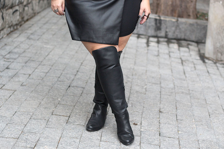 short saia de couro plus size e bota over the knee