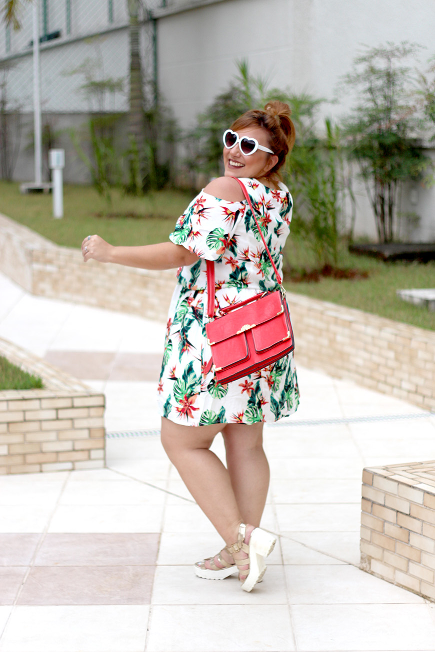 vestido plus size com estampa tropical lado