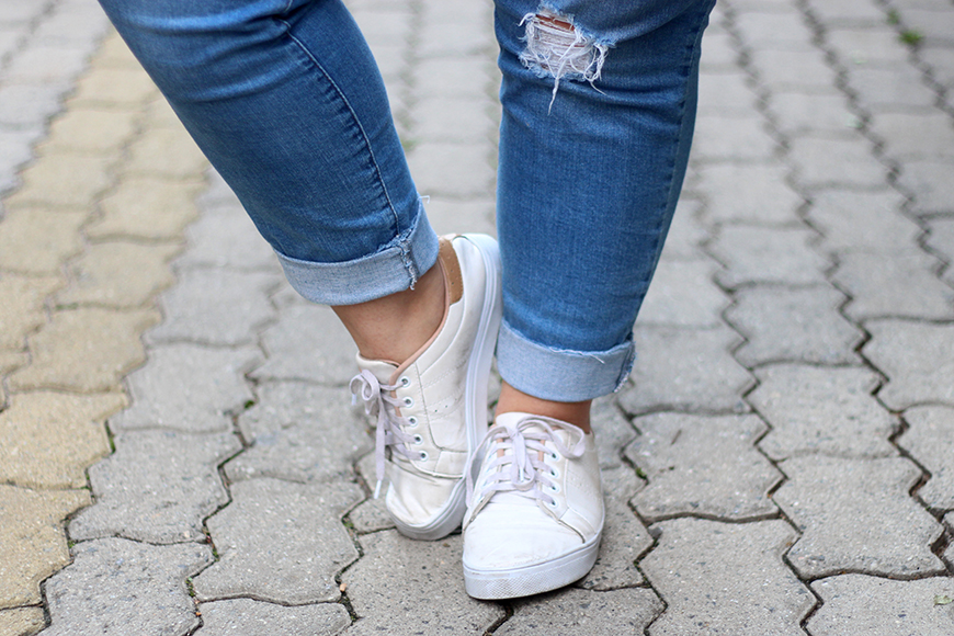 Jeans destroyed plus size com tenis looks ju romano